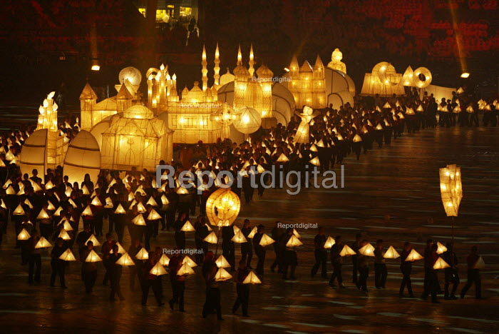 Commonwealth Games closing ceremony, Manchester. Lanterns representing diversity of religion and culture are carried round the stadium - Paul Herrmann - 2002-08-04