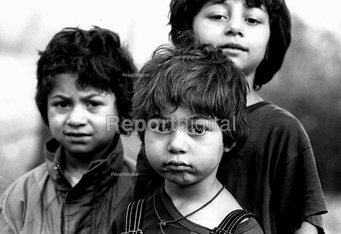 Roma children in their village near Tusla, Bosnia. 1996 - Howard Davies - 1996-07-01