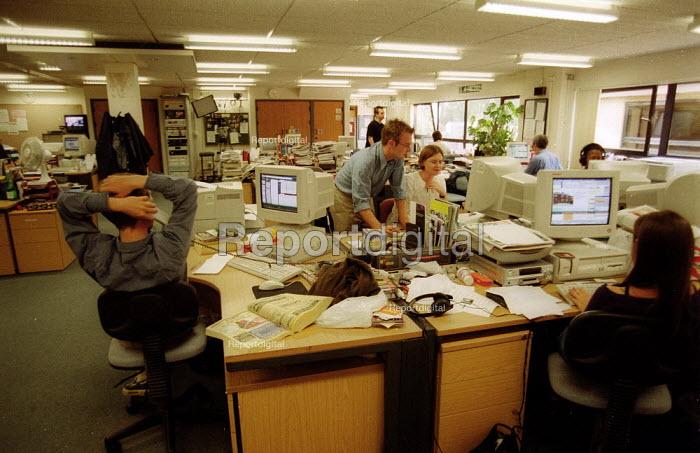 Journalists working in TV news room BBC South West, web site & internet desk. - John Harris - 2002-09-06