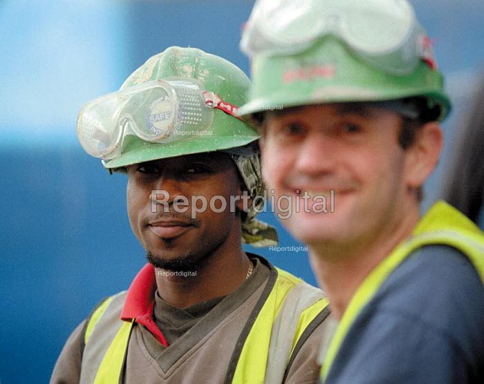 Construction workers, redevelopment of the Bull Ring, city centre Birmingham. - John Harris - 2001-10-18