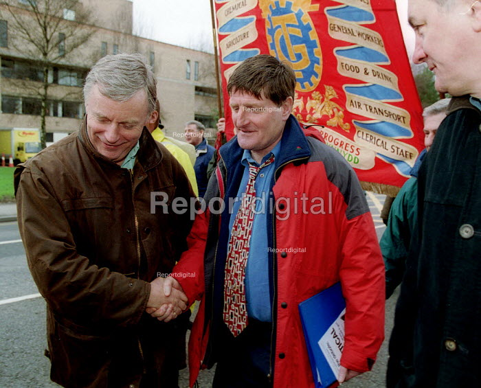 John Monks TUC with Geard Parry TGWU shop steward shaking hands on march in support of the 87 workers sacked by Friction Dynamex organised by the TGWU to show solidarity and to highlight the need to reform the 1999 Employment Relations Act. Cardiff South Wales. - John Harris - 2002-02-03