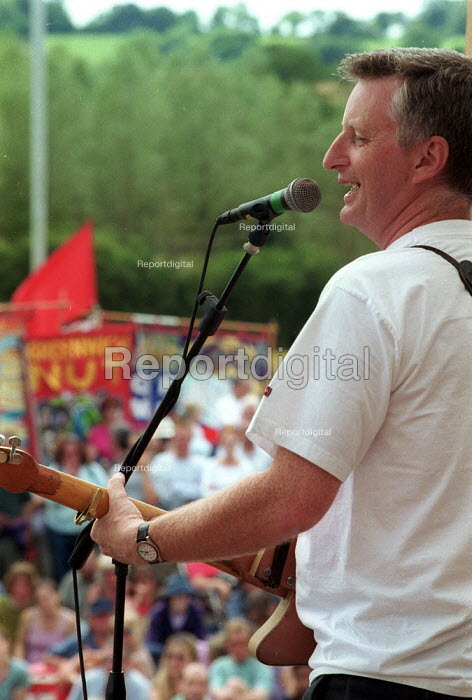 Billy Bragg at the Tolpuddle Martyrs Festival Dorset. - John Harris - 2002-07-21