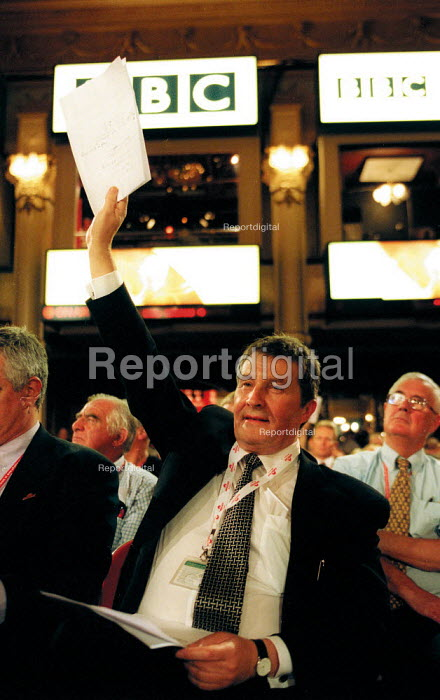 Derek Simpson Amicus AEEU trying to get into the debate, Labour Party conference 2002 - John Harris - 2002-09-30
