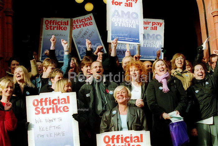 Picket by striking Magistrate's Court Officers, members of AMO, Birmingham. - John Harris - 2002-11-11
