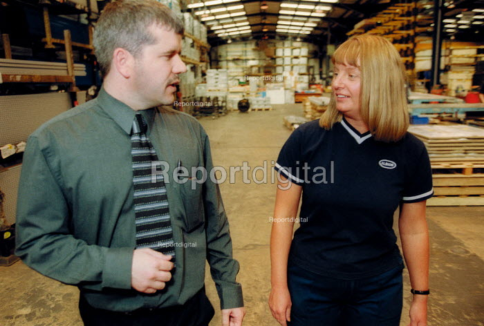 Shop steward talking to manager on the shopfloor at Link 51 Brierley Hill. - John Harris - 2002-10-16