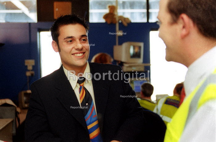 Shop steward at Serviceair airside operations talking to a GMB member, Birmingham Airport. - John Harris - 2002-07-02