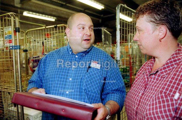 USDAW representative taliking to a member. Tesco supermarket Warwick. - John Harris - 2002-08-27