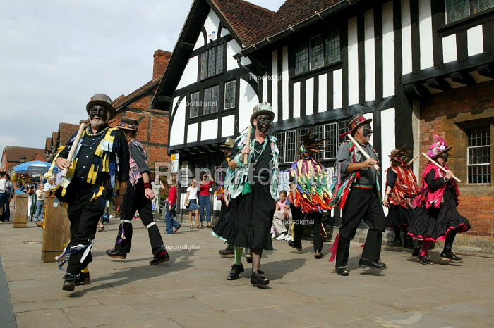 Morris dancers performing for tourists by Shakespeares Birthplace Stratford on Avon Warwickshire. - John Harris - 2003-09-20