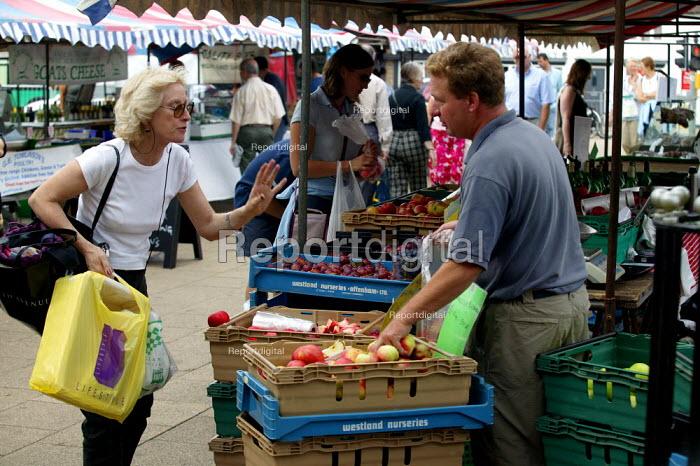 Shopping for fruit at a Saturday farmer's market where local farmers sell their produce, Stratford on Avon Warwickshire. - John Harris - 2003-09-20