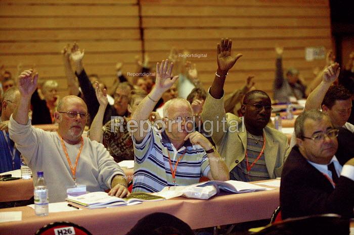 Delegates voting at TUC Congress 2003 - John Harris - 2003-09-11