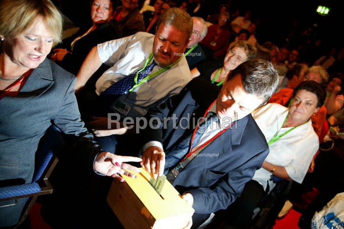 Dave Prentis casting a card vote and the Unison delegation voting during the Health policy debate, Labour Party conference 2003 - John Harris - 2003-10-01