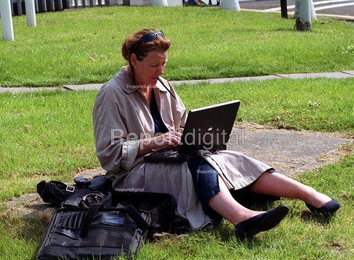 Times newspaper journalist typing copy on a laptop computer. Longbridge - John Harris - 2000-05-09