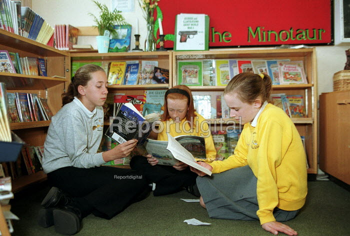 Pupils reading books in an English class at Primary School. - John Harris - 2000-06-09
