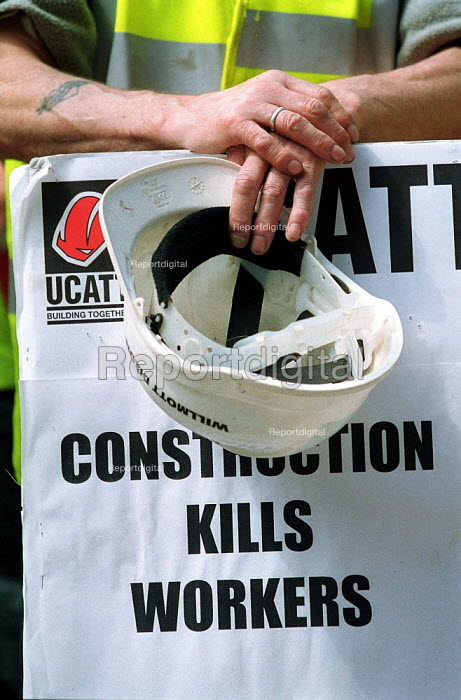 Construction workers attending a memorial organised by the Construction Safety Campaign and the UCATT trades union, in remembrance of building workers killed in accidents at the workplace. - John Harris - 2000-08-11