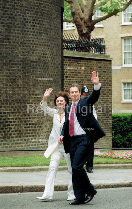 Cherie Blair and Tony Blair MP arriving at No 10 Downing Street the morning after Labour Party victory in the General Election Campaign. - John Harris - 2001-06-08