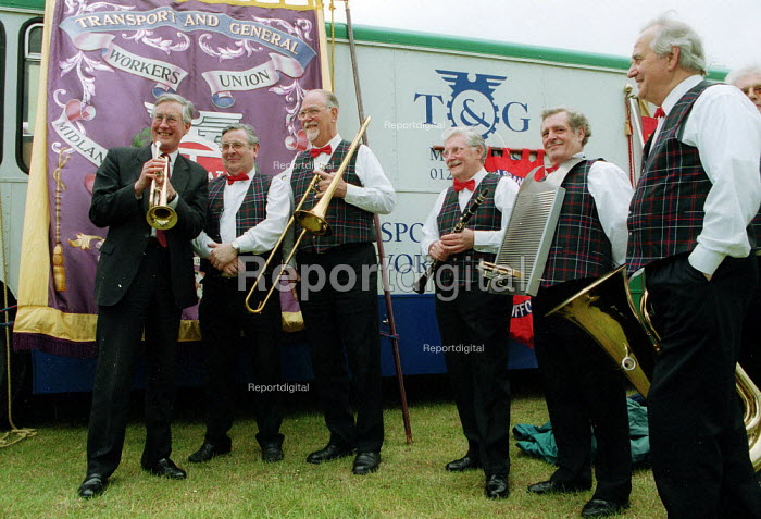 Michael Meacher MP with jazz band at TGWU trades union Joseph Arch commemoration of the start of the agricultural workers union. - John Harris - 2001-06-17