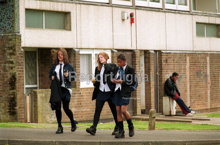 Pupils walking home from Baverstock secondary School Birmingham housing estate. - John Harris - 2001-06-25