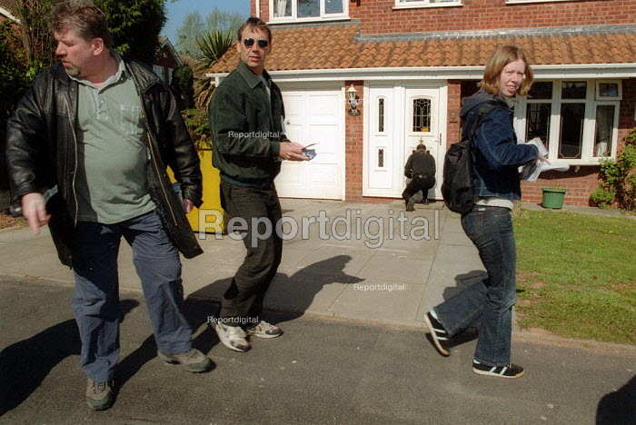 ANL anti nazi league leafletting in Tipton, West Midlands in a campaign against racism. The BNP are to stand as candidates in the local elections. - John Harris - 2002-04-07