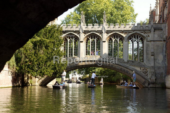 Students and tourists punting along The Backs, by The Bridge of Sighs, St John's College, Cambridge. Punt chauffeurs push them along. - John Harris - 2003-08-10