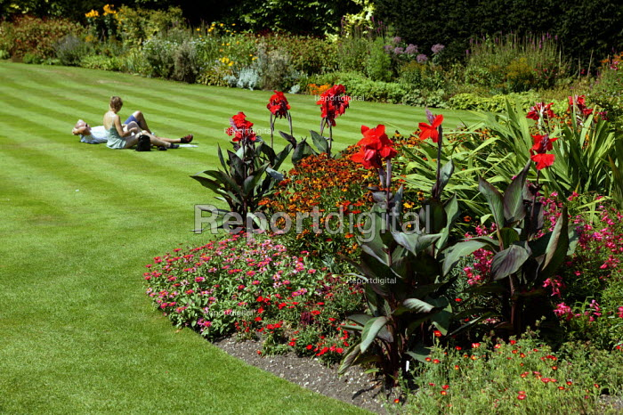 Tourists visiting King's College Chapel, Cambridge. A couple relax in the gardens. - John Harris - 2003-08-10