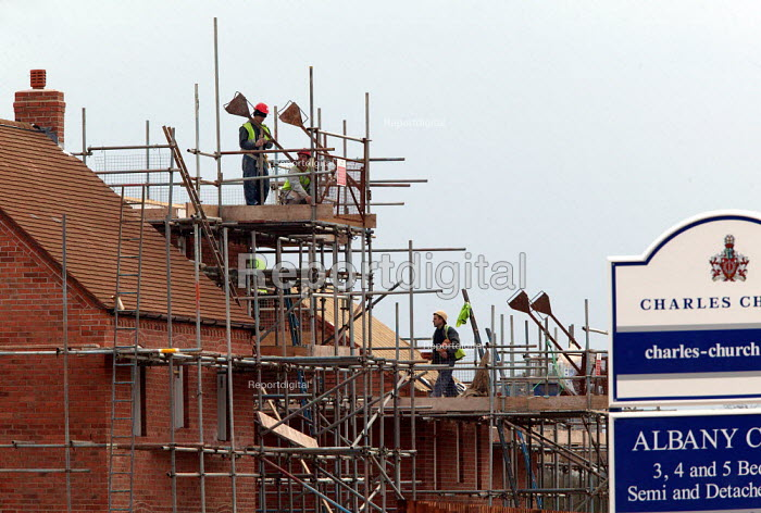 Construction of houses on a new estate on the edge of town. Stratford on Avon. - John Harris - 2004-02-26