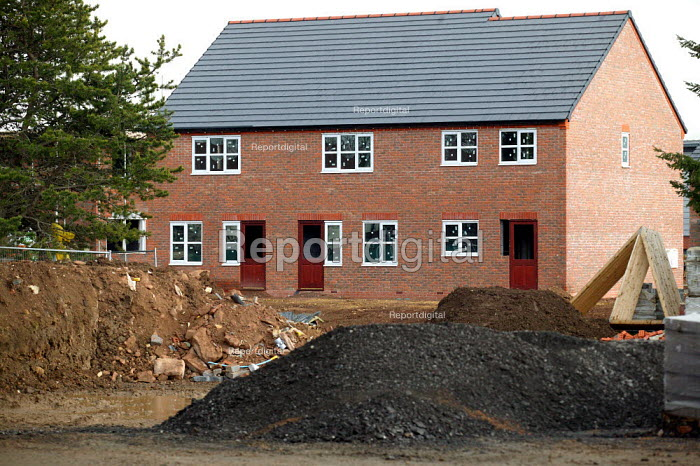 Construction of new houses, Stratford on Avon, Warwickshire. - John Harris - 2004-03-25