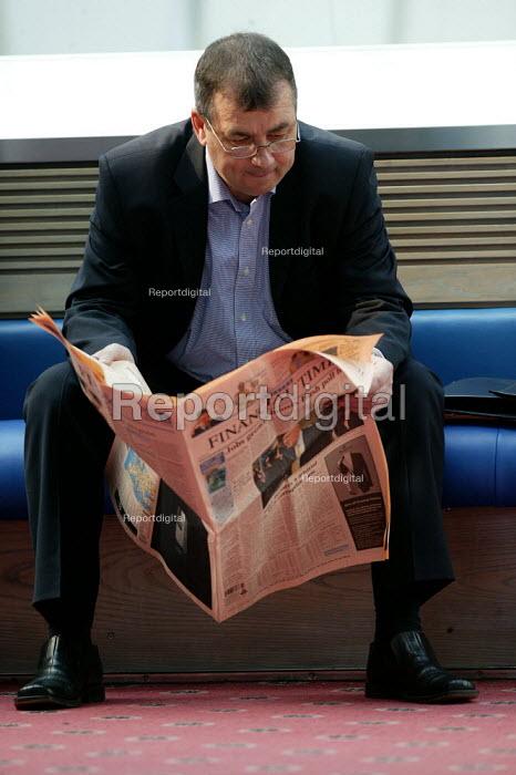 Brendan Barber TUC Gen Sec reading The Financial Times. - John Harris - 2004-04-03