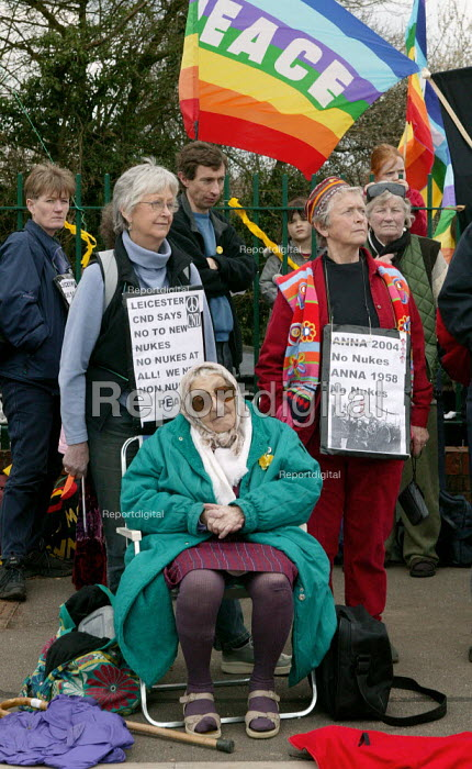Elderly woman protestor as CND march to Aldermaston in a protest against nuclear weapons at the Atomic Weapons Establishment. The origional march took place in 1958. - John Harris - 2004-04-12