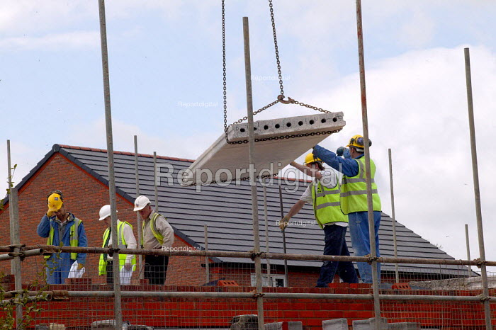 Construction workers building new houses on a brownfield site. Warwickshire. - John Harris - 2004-04-22