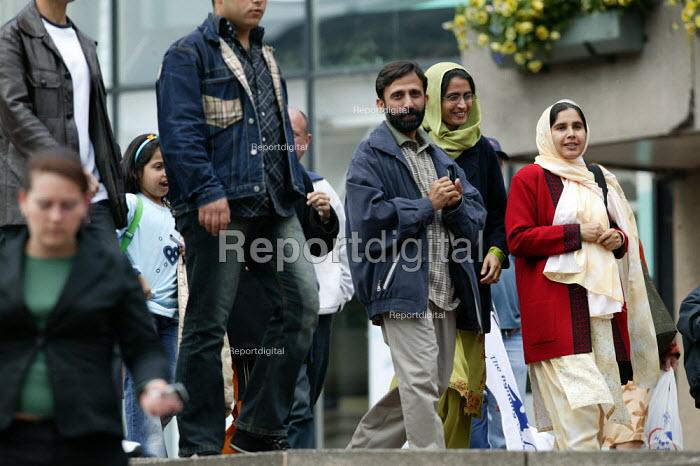 Asian family talking and laughing Saturday Birmingham City centre. - John Harris - 2004-05-22