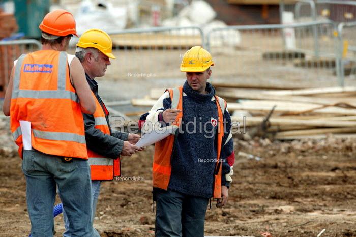 Manager discussing plans. Building site, Stratford Upon Avon, Warwickshire. - John Harris - 2004-06-03