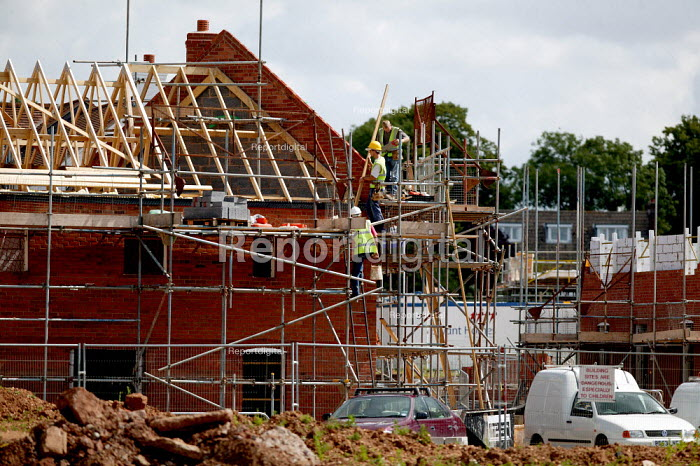 New houses are constructed on a greenfield site on the edge of town. Stratford on Avon. - John Harris - 2004-06-28