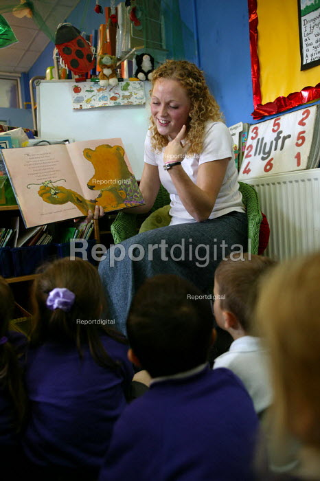 Rhian Samuel newly qualified teacher reading a story to an infant class at YSGOL SANT CURIG Primary School, a Welsh language speaking school, Barry, South Wales - John Harris - 2004-09-23