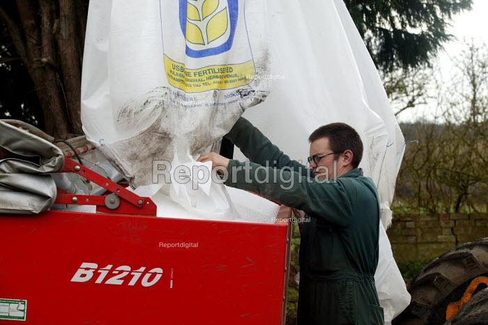 Farmworker loading fertiliser Warwickshire. - John Harris - 2005-03-22
