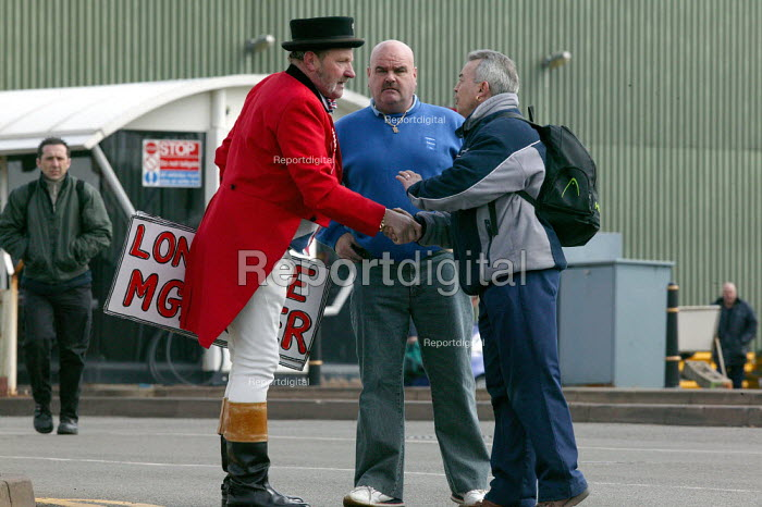 Workers thank John Bull, who has kept a vigil outside the factory gates, MG Rover Group Longbridge Birmingham as the company goes into receivership. - John Harris - 2005-04-08