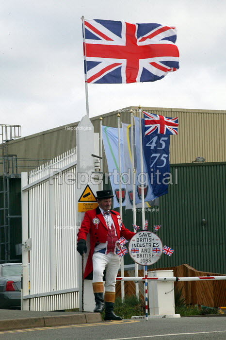 John Bull, who has kept a vigil outside the factory gates, MG Rover Group Longbridge Birmingham as the company goes into receivership. - John Harris - 2005-04-08