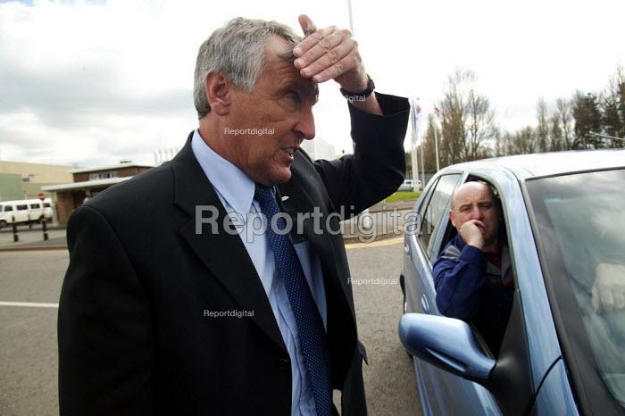 Tony Woodley TGWU speaking to workers, MG Rover Group Longbridge Birmingham as the company goes into receivership. - John Harris - 2005-04-08