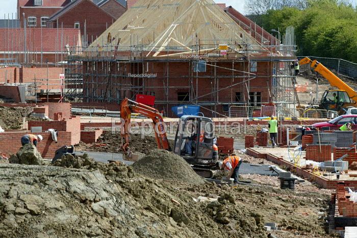 Construction workers building new houses, Stratford upon Avon Warwickshire. - John Harris - 2005-04-27