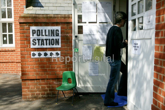 Voter at a polling station in the general election. Stratford upon Avon - John Harris - 2005-05-05