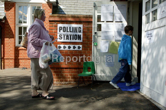 Voters at a polling station in the general election. Stratford upon Avon - John Harris - 2005-05-05