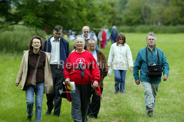 Walkers on a ramble to commemorate Joseph Arch, who began the Agricultural Workers Union, now part of the TGWU, Barford to Wellesbourne. Warwickshire. - John Harris - 2005-06-12