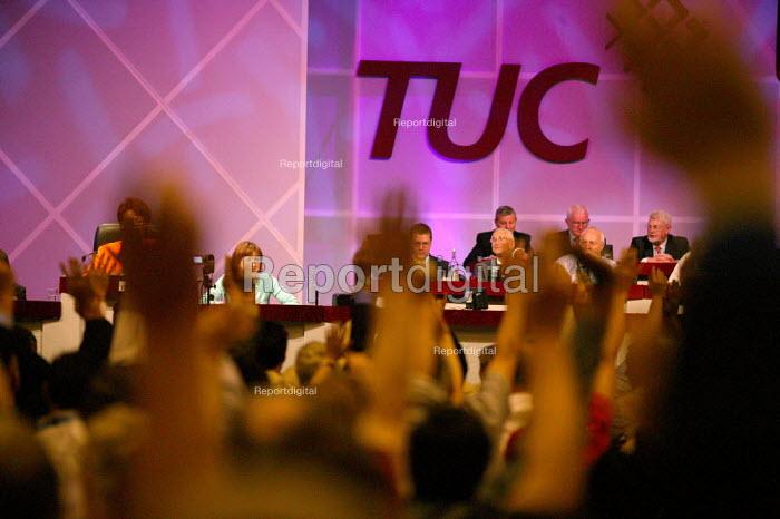 Delegates voting. TUC Congress 2006 - John Harris - 2006-09-12