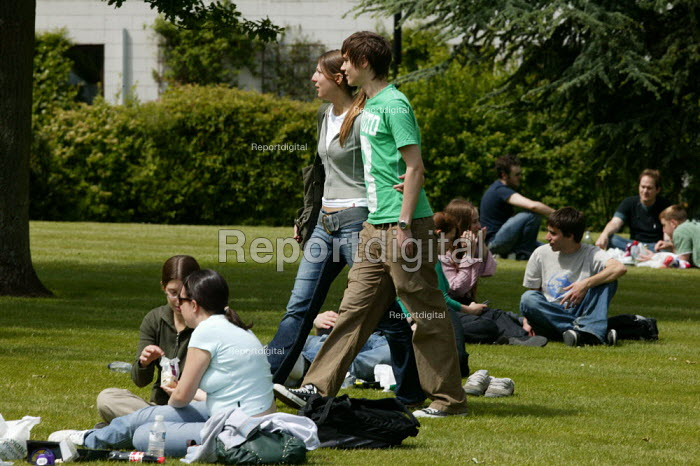 Students relaxing on the campus at Warwick University. - John Harris - 2007-05-21