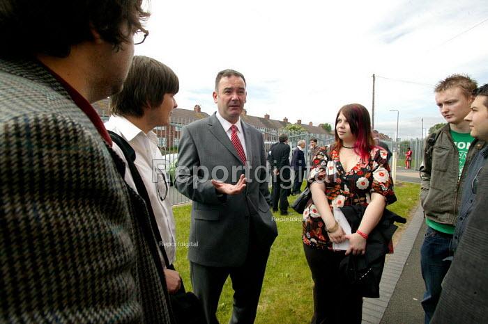 Jon Cruddas MP Deputy leadership campaign launch, Wednesbury, West Midlands. Talking to students - John Harris - 2007-05-22