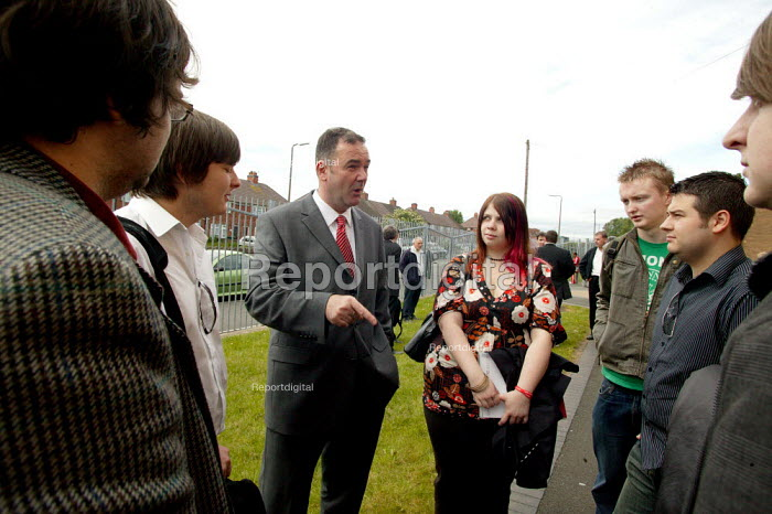Jon Cruddas MP Deputy leadership campaign launch, Wednesbury, West Midlands. Talking to students - John Harris - 2007-05-22