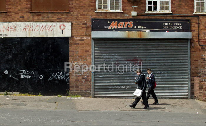 Pupils eating lunch from the local chippy, Wednesbury, West Midlands. - John Harris - 2007-05-22