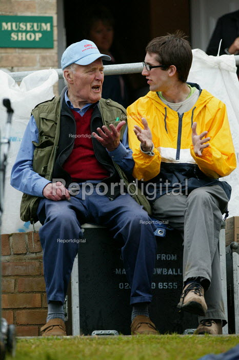 Tony Benn in discussion at the Tolpuddle Martyrs Festival, Dorset. - John Harris - 2007-07-15