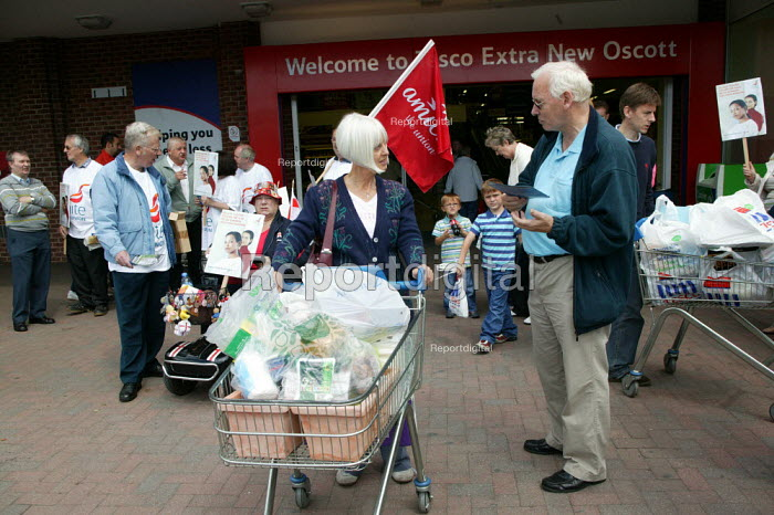 Electra Li-Lets workers from Unite the union leafleting shoppers outside Tesco in protest at the loss of pension following closure. Princess Alice Retail Park, Birmingham. - John Harris - 2007-07-07