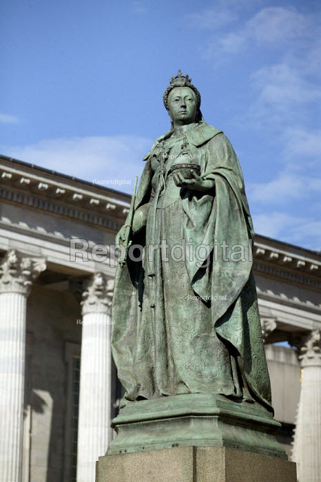 Statue of Queen Victoria, Victoria Square Birmingham by Thomas Brock and was unveiled on 10 January 1901. - John Harris - 2007-07-15