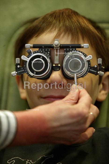 Consultant Optometrist testing the eyes of a child. - John Harris - 2007-09-29